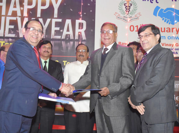 DG Ravi Mehra (left) and IMA Uttarakhand President T S  Rautela exchange agreements in the presence of IMA Secretary General R N Tandon and PDG I S Tomer (centre).