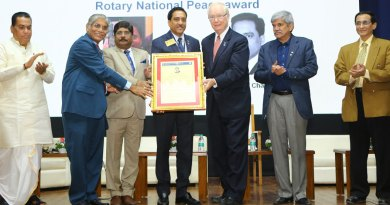 TRF Chair-elect Paul Netzel honours PDG Chandu ­Agarwal. Also seen (from L) RC Pune ­Shivajinagar ­President Pradeep Wagh, DG Prashant Deshmukh and PDG Vinay Kulkarni.