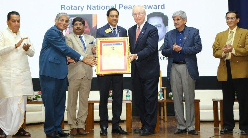 TRF Chair-elect Paul Netzel honours PDG Chandu Agarwal. Also seen (from L) RC Pune Shivajinagar President Pradeep Wagh, DG Prashant Deshmukh and PDG Vinay Kulkarni.