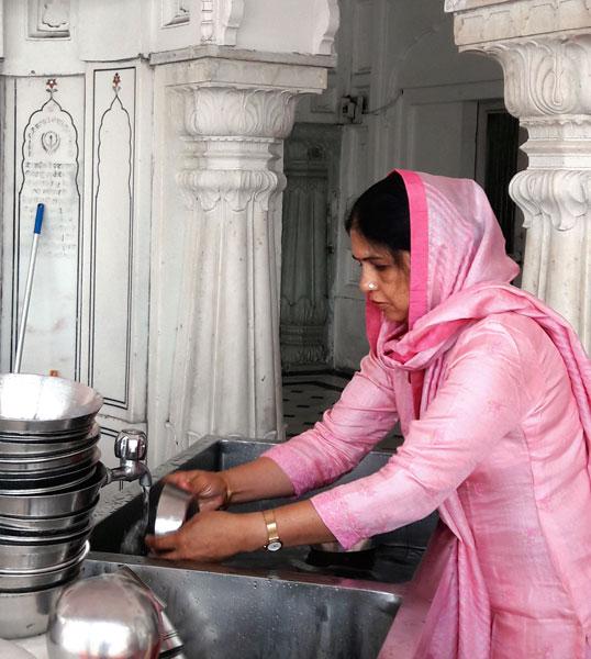 Ann Suman Agarwal performing the Kar Seva.
