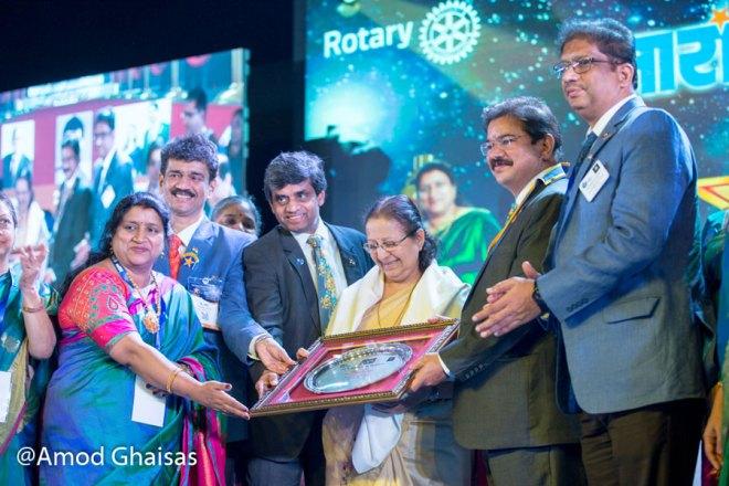 Lok Sabha Speaker Sumitra Mahajan being honoured by DG B M Sivarraj (second from right), RIPR Rajendra Rai, PDG Ulhas Kolhatkar and Manonmani Sivarraj.