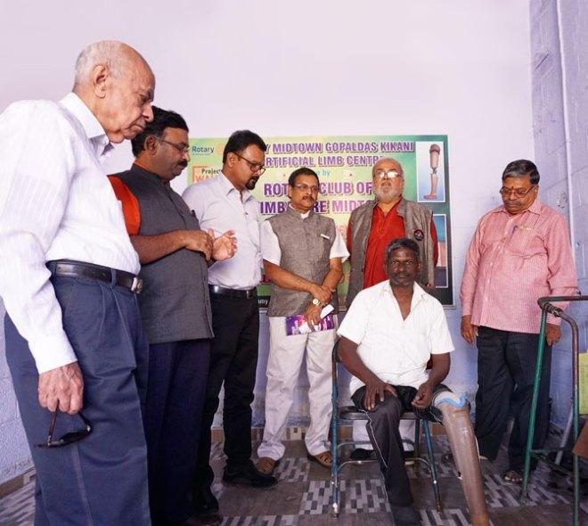 From L: Suresh Gokuldas, Pragash Angappan, CT Thiagarajan, Vallal, Ketan Desai and Baboo Kannan with a beneficiary at the artificial limb centre.