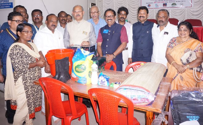 DG E K Luke, PDGs John C Neroth, K S Sasi Kumar, RC Trivandrum Capital President Santosh Kumar, Rtn K Babumon, AG Shivakumar and Rtn Vijayalakshmi Nair with the State Minister for Civil Supplies P Thilothaman (second from left) provide relief material to a flood victim.