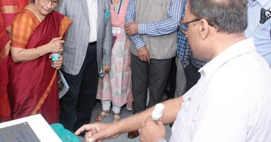A doctor explains about an equipment to IPDG Prafull Sharma and Nilesh Barfiwala.