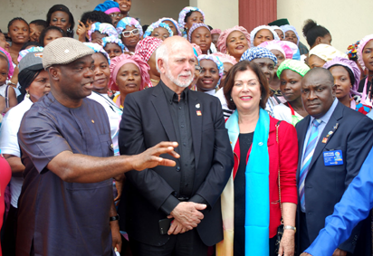 (L-R) RI Director Yinka Babalola, Rotary International President, Barry Rassin, his Wife Esther and DG Adeyemi Oladoku from D 9141 with participants in the one-month free Skill Aquisition by Rotary Club of Trans-Amadi during a Visit of Rassin to Rivers State. Photo: Nwankpa Chijioke