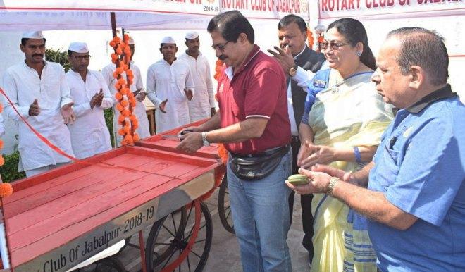 DG Nikhilesh Trivedi dedicating the handcarts to the prisoners.