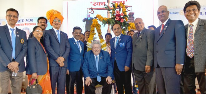 RIPE Mark Maloney with (from L) DGN Shabbir Shakir, Ashwini, DGE Rajendra Madhukar Bhamre, RIDE Bharat Pandya, D 3030 DG Rajiv Sharma, PDG Kishor Kedia, DGND Ramesh Meher and PDG Mahesh Mokalkar.