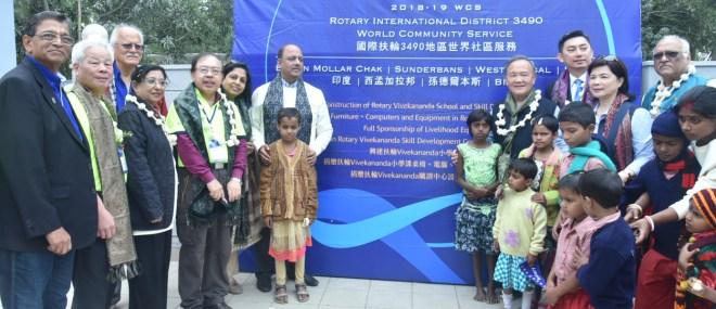 From R: DG Mukul Sinha, Corinna Huang, RID 3490 DG Chih Ming Tsai, PRIP Gary Huang, PRID Shekhar Mehta and Rashi with foriegn delegates and local children in the village Bamon Mollar Chak near Kolkata.