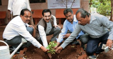 PDG Dr Chandrashekhar Kolvekar (second from L), along with members of RC Ulhasnagar, planting a sapling in the Rotary Garden.