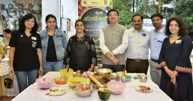 DG Rajendra Bhamre (centre) at the Rotary Organic Bazaar with (from L) Club Secretary Shreeya Kulkarni, Smita Upshankar, Madhuli Ajay, AG Sanjay Kalantri, Club President Manish Chindhade and President-elect Mugdha Lele.