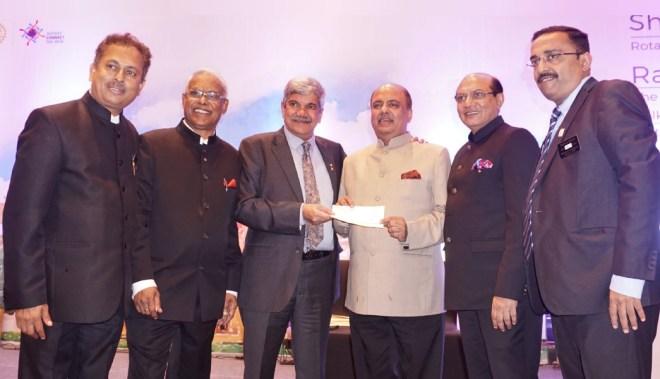 PDG (D 3131) Vinay Kulkarni hands over a cheque for `50,000 to RIPN Shekhar Mehta for Polio Fund, on the latter's birthday, in the presence of PDGs Mahesh Kotbagi, Anirudha Roy Chowdhury, RID Kamal Sanghvi and DGN Pankaj Shah.