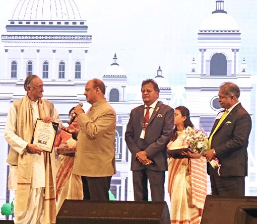 West Bengal Minister for Finance, Industry and Commerce Amit Mitra being honoured by RIPN Shekhar Mehta as PDG Subhash Jain and Centennial Summit Chair Vinod Bansal look on.
