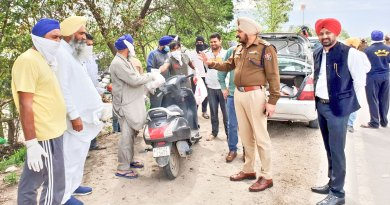 Ajit Paul Singh (R) with Rupnagar SP Jagjit Singh Jallah providing food packets to the needy.