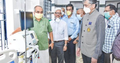 DGN Dr Rajesh Subash (second from R) at the ICU in Calicut Medical College.