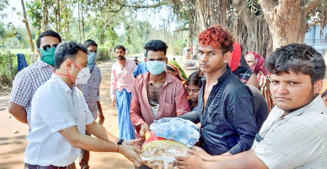 RC Vriddhachalam President A Deepak Chand and (to his left) Secretary P Manikandan distributing food packets to Rajasthani migrants who were accommodated in a temple.