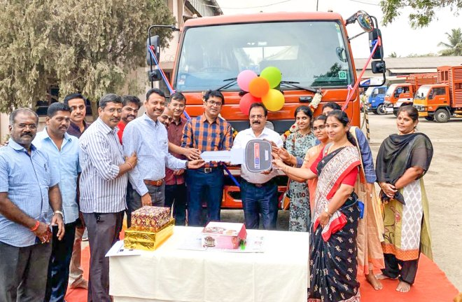 DG Dr A Karthikeyan, RC Mettupalayam President Dr D Vijayagiri, Project Heal Trust COO Suresh Ananthakrishnan, along with club members and members of RC Erode Cosmos led by President Gayathri Balaji, after procuring the vehicle for setting up the mammogram unit.