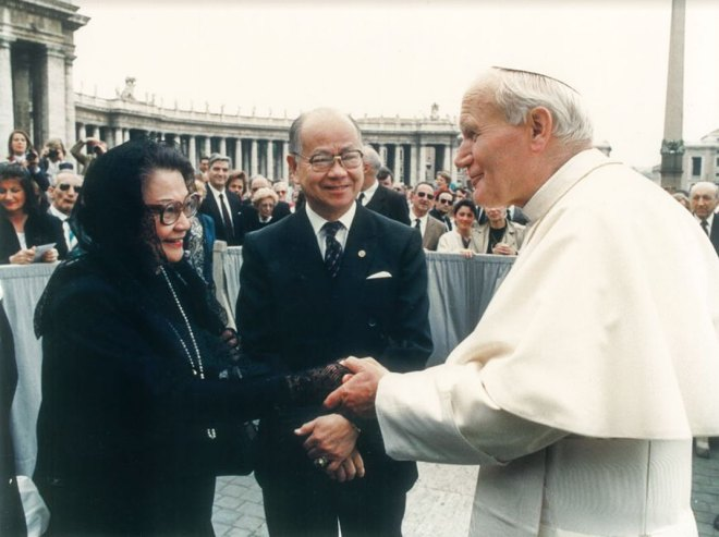 PRIP Mat Caparas and his wife Nita met with Pope John Paul II in late '70s, the first time the Pope publicly received Rotarians at the Vatican.