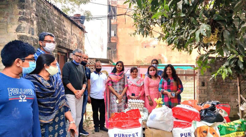 RC Allahabad Midtown president Dr Divya Bartaria (extreme right) with club members donate dog feed to PAWCO, an animal welfare organisation.