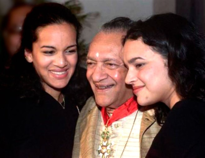 with his daughters Anoushka Shankar (L) and Norah Jones.