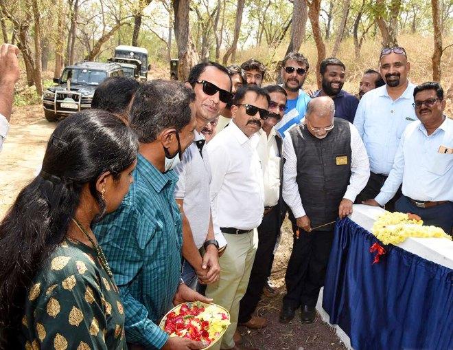 DG Ranganath Bhat inaugurates the check dam in the presence of Kannada actor Darshan Thoogudeepa, assistant governor Harish H M, club president M Rajeev and secretary M Mohan.