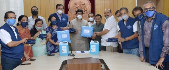 PDG Deepak Shikarpur (2nd from left, back row) donating Covid kits to Pune mayor Murlidhar Mohol, along with members of Pune clubs.