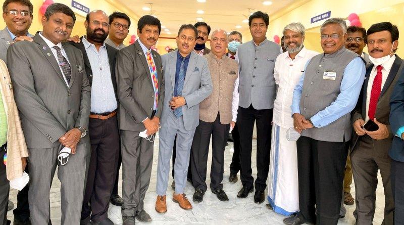 RI President Shekhar Mehta, RIDs Mahesh Kotbagi and AS Venkatesh at the hospital. Also present (from L): DG K Sundharalingam (2982), Rtn KK Vijayachandran, S Senguttuvan, PDGs A Karthikeyan (3203), EK Sagadhevan (3203), Kishore Kumar (3020), C Sivagnanaselvam (2982), PM Sivashankaran (3203),  DG Shanmugasundaram (3203), DGN Dr S Sundararajan (3203) and PDG KA Kuriachan (3201).