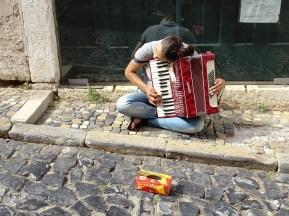 Alfama'nın sokak müzisyenlerinden biri
