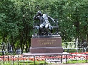 Sarayın girişinde Puşkin'in düşünceli heykeli.