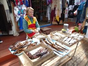 Goritsy'de kurutulmuş balık satan kadın