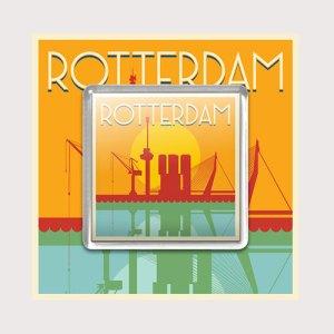 Ansichtkaart met silhouet van Rotterdam met een koelkastmagneet