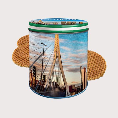Stroopwafels in een bewaarblik met de Rotterdamse skyline