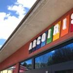 Letras corpóreas Arcoiris entrada oficinas