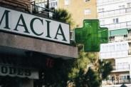 Otro letrero de neón con la cruz de farmacia en color verde