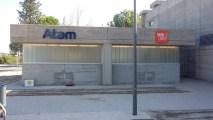 Fachada de ATOM vive libre tras la instalación del rótulo opaco