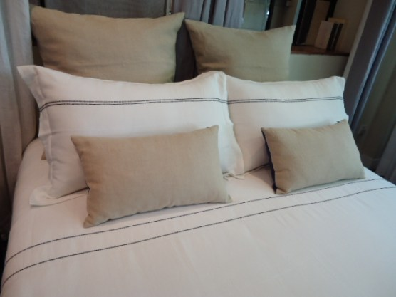 Bed - Duvet & Pillow, L2 black, Natural Linen cushions