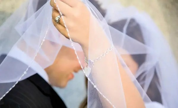 How to Make Your Own Wedding Veil in 5 Easy Steps