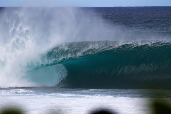 Empty_wave_at_Banzai_Pipeline