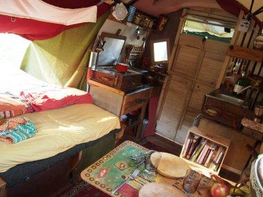 lit, cuisine, porte d'entrée double, évier, table