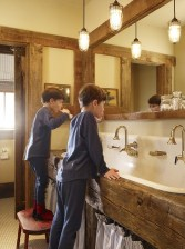 Cool ideas to use big mirrors in your bathroom (12)