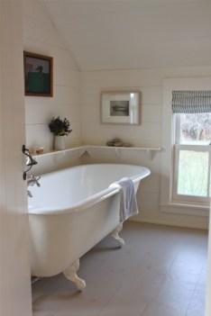 Cozy and relaxing farmhouse bathroom designs (18)