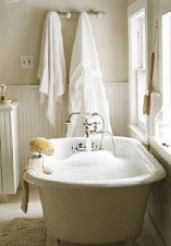 Cozy and relaxing farmhouse bathroom designs (19)