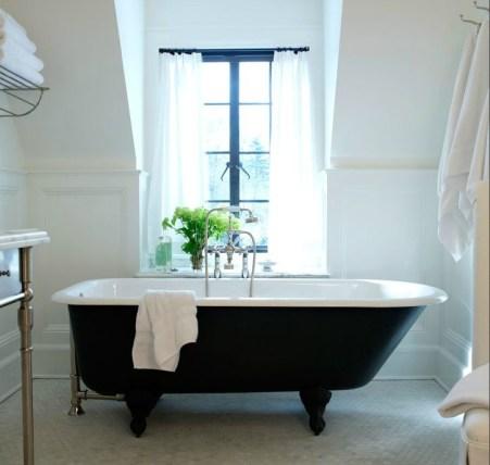Cozy and relaxing farmhouse bathroom designs (24)