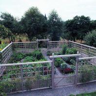 Stunning vegetable garden fence ideas (15)
