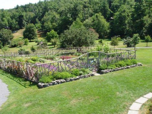 Stunning vegetable garden fence ideas (20)