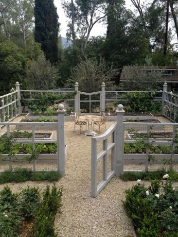 Affordable backyard vegetable garden designs ideas 33