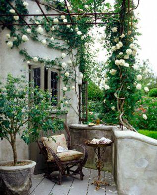 Amazing small balcony garden design ideas 18