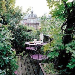 Amazing small balcony garden design ideas 21