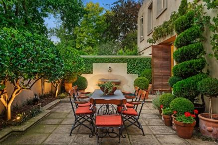 Amazing small balcony garden design ideas 38