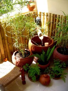 Amazing small balcony garden design ideas 58