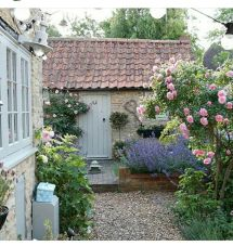 Beautiful French Cottage Garden Design Ideas 41 - Roundecor